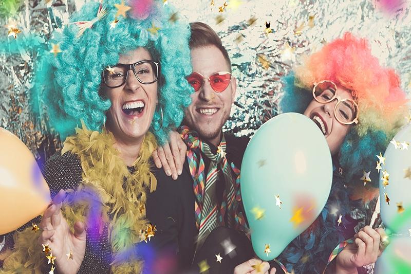 3 mennesker i festtøj til sjovt personalearrangement.