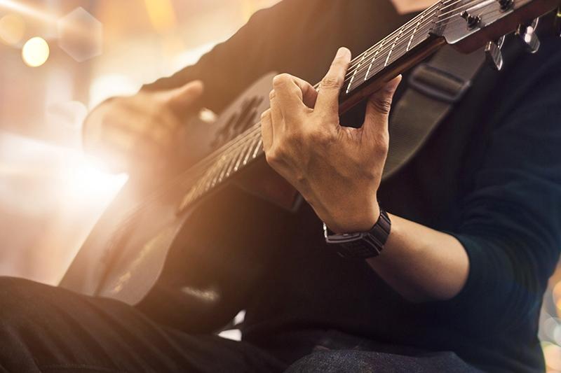 Stemning til personalearrangement med akustisk guitarist.